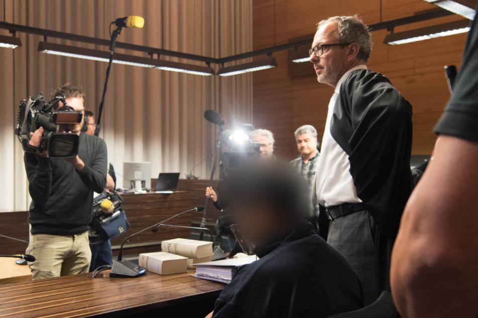 Der Prozess gegen den angeklagten Flüchtling Hussein K. (Mitte) wird mindestens bis zum Frühjahr dauern.