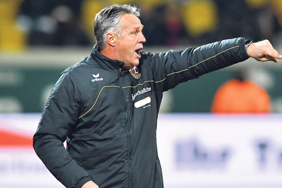 Uwe Neuhaus zeigt den Weg der Dynamos an. Der soll zum Sieg in Fürth führen - auch wenn danach sein Gegenüber Damir Buric seinen Job verlieren könnte.
