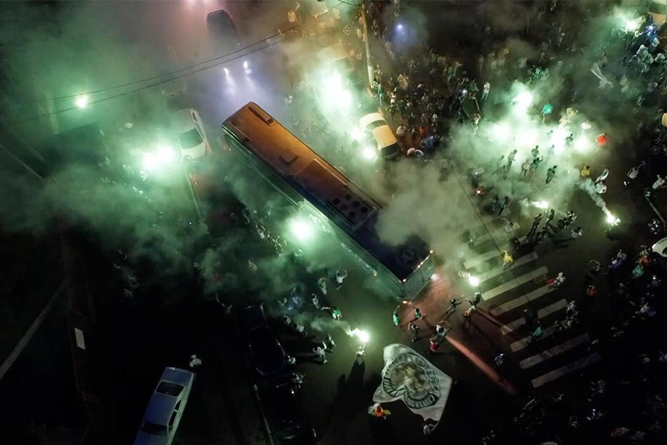 Der Trauerfeier von Chapecoense wohnten mehr als 20.000 Fans bei. Auch Staatspräsident Michel Temer und FIFA-Präsident Gianni Infantino waren anwesend.