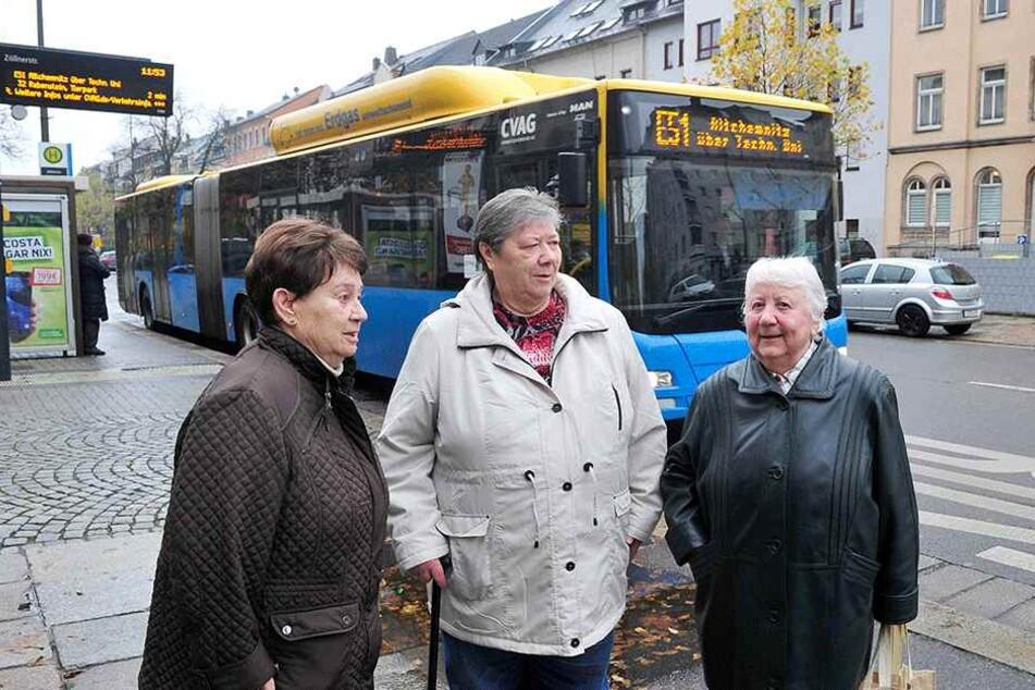Anwohner-Ärger mit der CVAG: Ursula Petzold (82), Ingrid Jäger (74) und Irene Hösel (80, v.l.) wollen die Buslinie 51 auf der Straße der Nationen/Ecke Zöllnerstraße behalten.