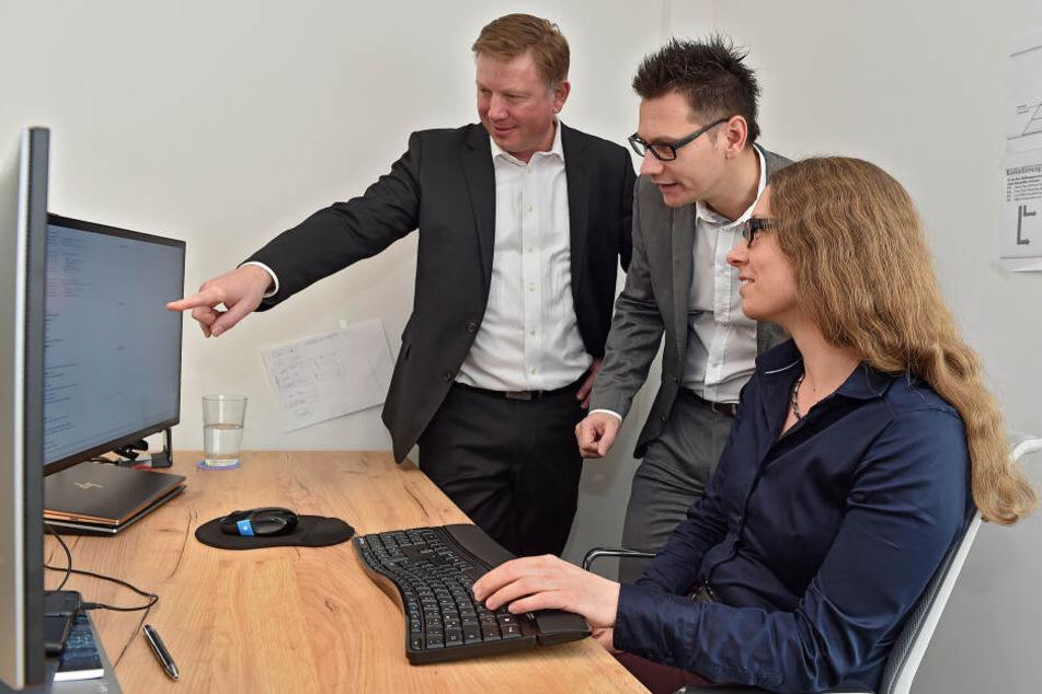 """Eyk Pfeiffer (50, l.), Geschäftsführer der Firma """"coraixx"""", arbeitet mit Marko Meißner (39) und Anja Hirschmüller (34) an einer völlig neuen Art der Belegverarbeitung."""