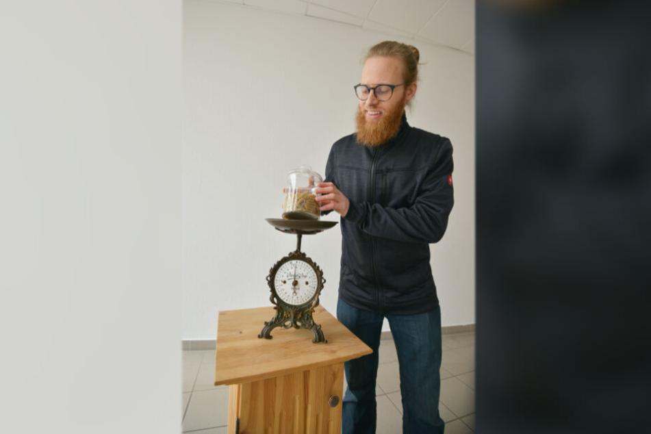 Der Zwickauer wiegt Nudeln in einem Glas ab. Das Gewicht bestimmt über den Preis der Waren.