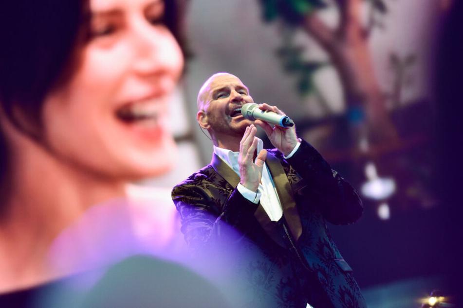 Sänger Franco Leon springt bei dem Konzert ein.