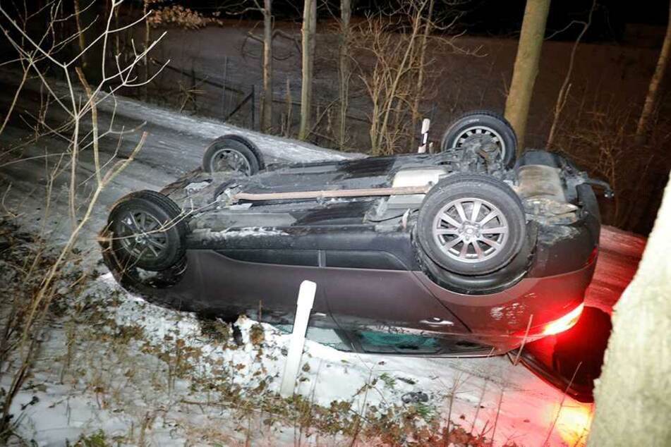 Der Hyundai landete auf dem Dach.