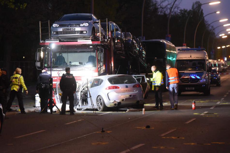 Es seien keine weiteren Unfallbeteiligten bekannt, teilte die Polizei am Samstagmorgen mit.