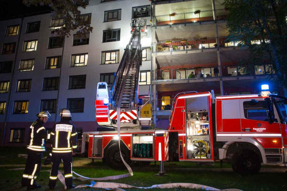 Die Einsatzkräfte konnten verhindern, dass sich das Feuer auf weitere Bereiche der Alten-Wohnanlage ausbreitet.
