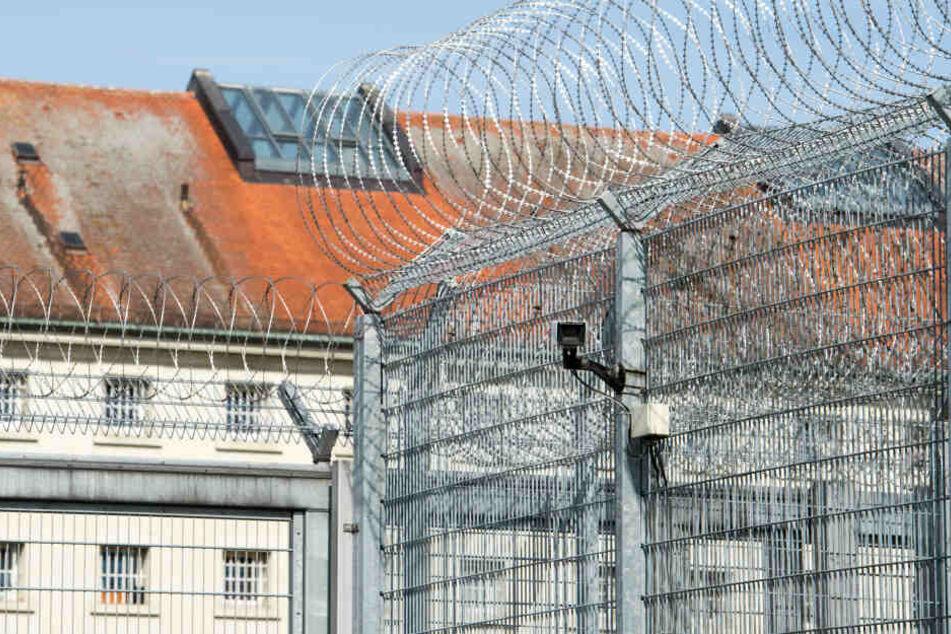 Wie der Häftling das Feuer in der Justizvollzugsanstalt (JVA) in Straubing legen konnte, ist noch nicht klar. (Archivbild)