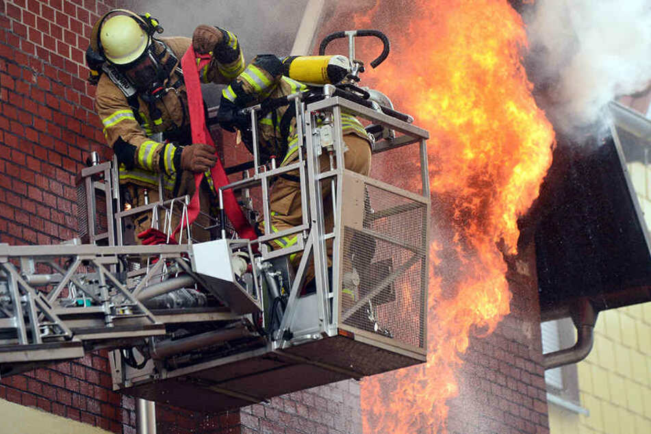 Feuerwehrleute bekämpften am 30.09.2016 einen Brand in Sonneberg. Hier wurden zwei Menschen verletzt.
