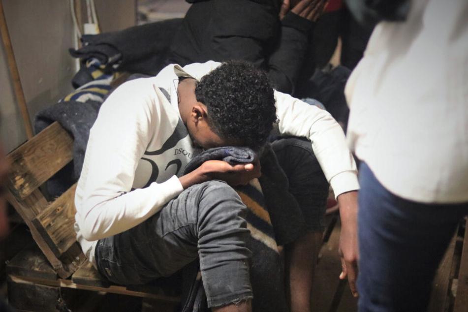 """Ein Mann sitzt nach seiner Rettung aus einem Schlauchboot vor der libyschen Küste auf der """"Ocean Viking"""", dem Rettungsschiff von SOS Mediterranee und Ärzte ohne Grenzen."""