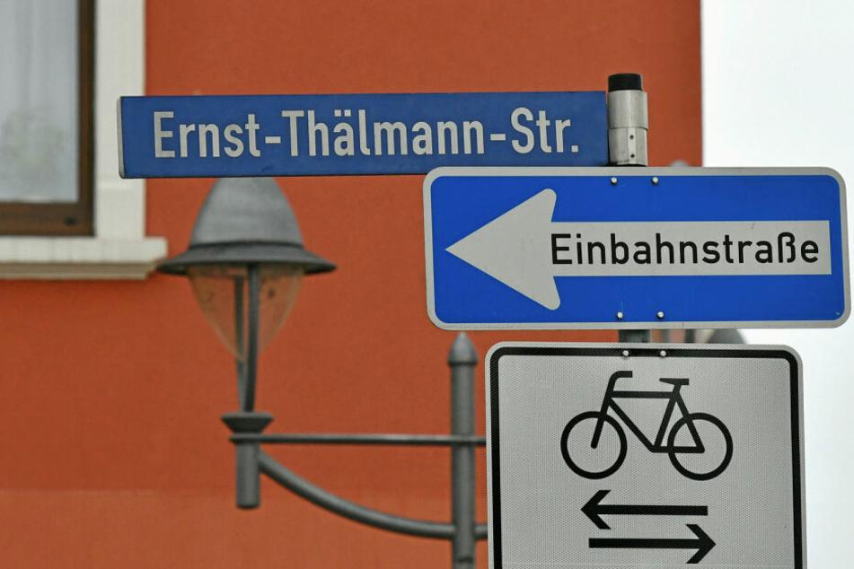 Noch hängen die Schilder: Die Heidenauer Ernst-Thälmann-Straße wird umbenannt.