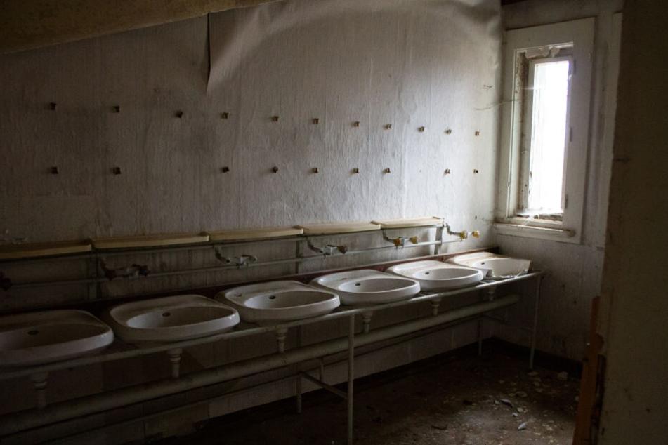 Waschbecken an Waschbecken: Der Waschraum des Horror-Kinderheims.