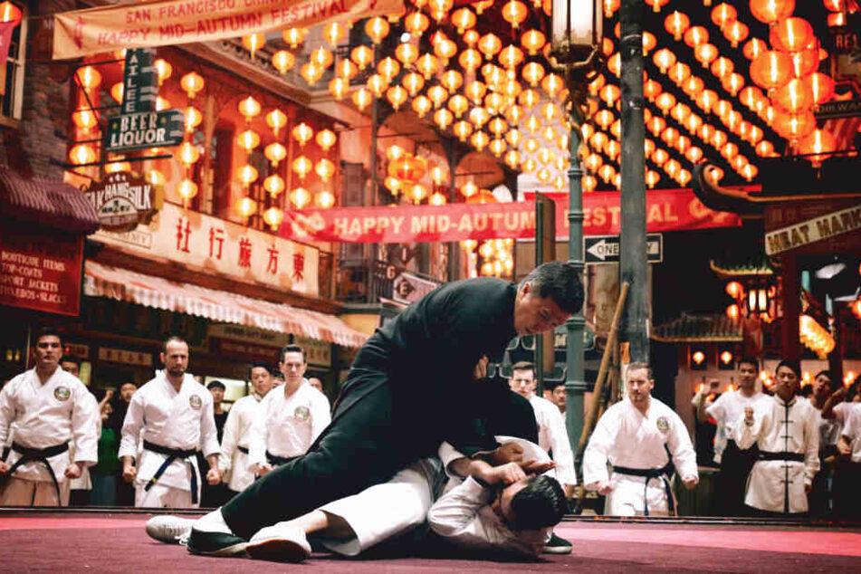 Ip Man (vorne-oben; Donnie Yen) macht in dieser Szene mit seinem Gegner vor malerischer Chinatown-Kulisse kurzen Prozess.