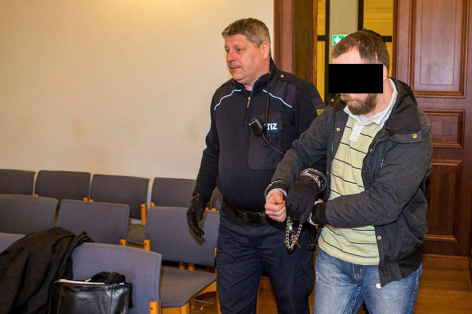 Der Angeklagte: Martin L. wird von einem Justizbeamten in den Gerichtssaal geführt.