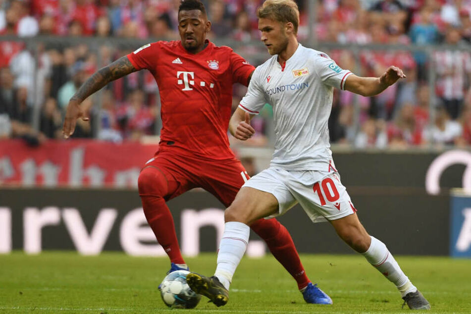 Jerome Boateng (l) von München und Sebastian Andersson von Berlin kämpfen um den Ball.