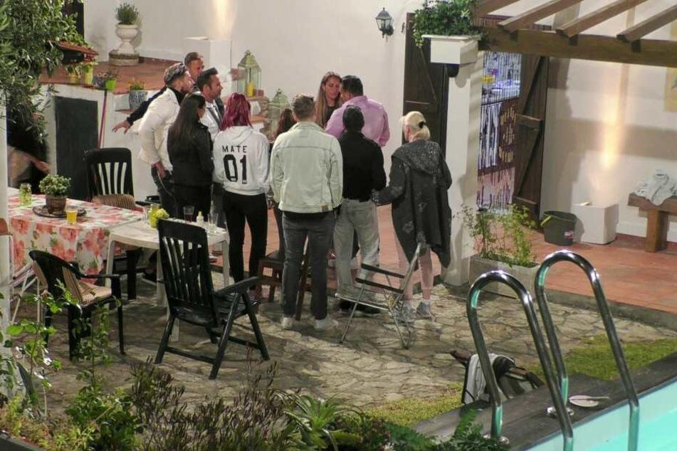 Menowin machte am letzten Abend seiner Freundin Senay einen Heiratsantrag, danach zogen beide freiwillig aus.