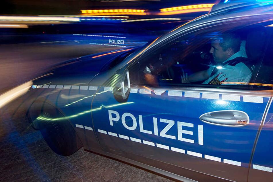 Polizeibeamte wollten den Wagen am späten Mittwochabend anhalten, doch der Fahrer gab Gas und fuhr davon. (Symbolbild)