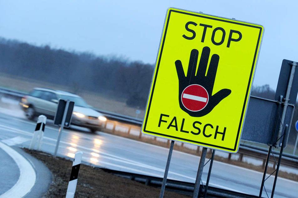 An einigen Autobahnen-Auffahrten stehen mittlerweile große Hinweis-Schilder.