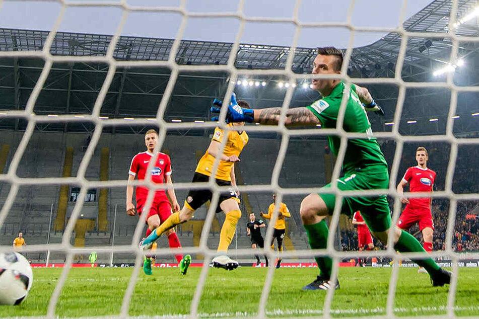 Heidenheims Schlussmann Kevin Müller schaut dem Ball hinterher, während Stefan Kutschke nach dem Siegtreffer jubelnd abdreht.
