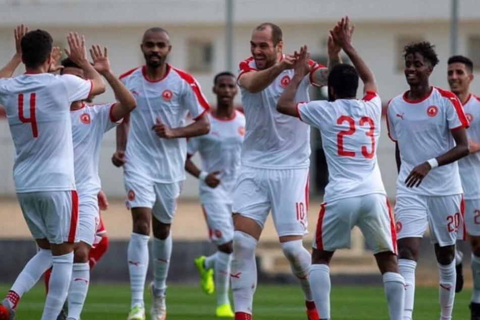 Pierre-Michel Lasogga jubelt mit seinen neuen Teamkollegen über einen Treffer.