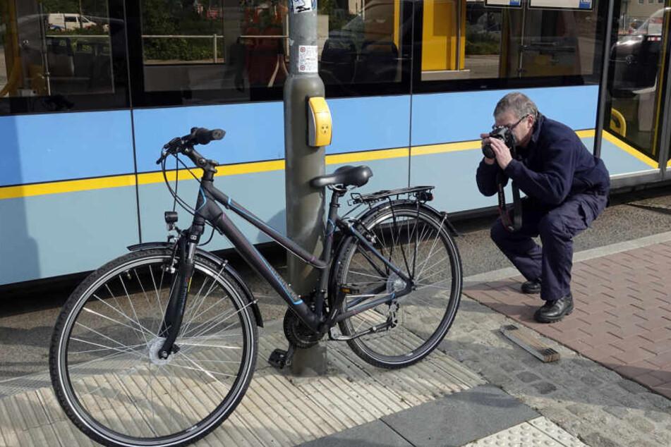 Polizisten bei der Unfallaufnahme am Bahnsteig 2 der Chemnitzer Zentralhaltestelle.