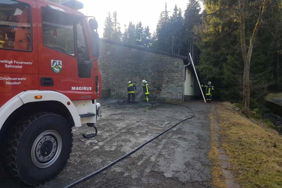 Die Feuerwehr löschte die beiden Container, die an der Hauswand der Jugendherberge abgestellt wurden.