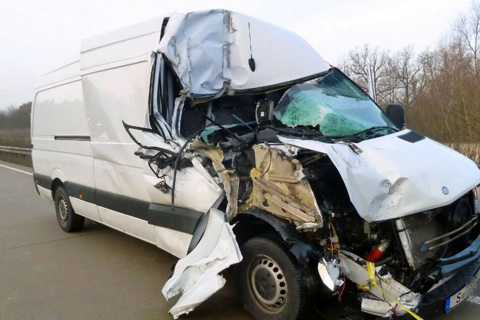 Der Fahrer des Transporters wurde nur leicht verletzt.
