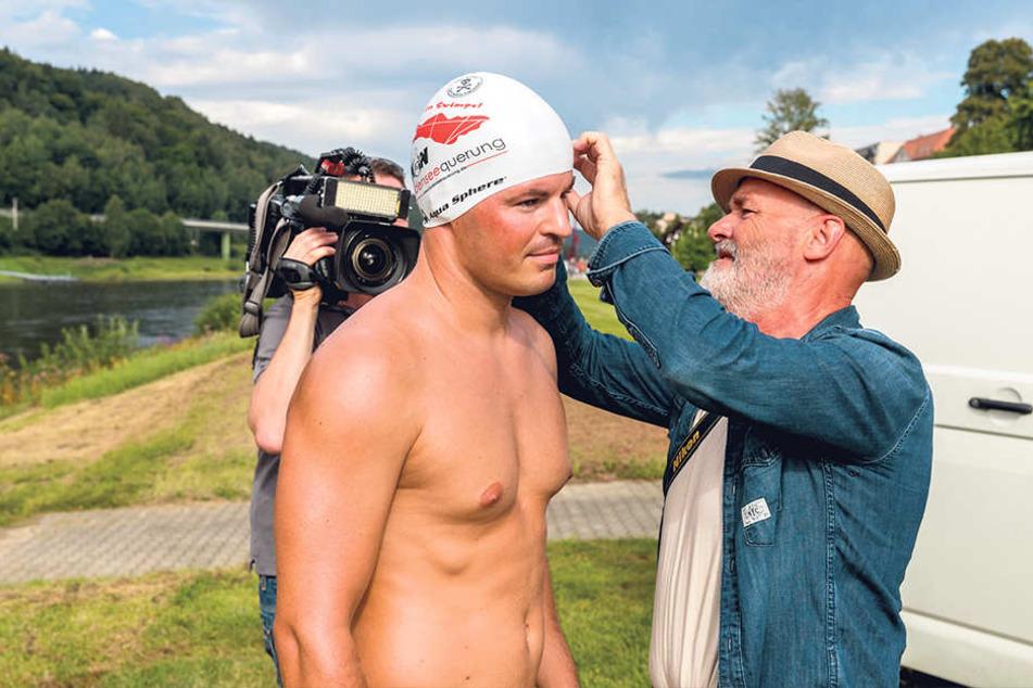 Rückblick: Von Bad Schandau nach Hamburg schwamm Heß im Sommer 2017. Begleitet von seinem Vater Achim (re.), zwei Freunden und Kamerateams.