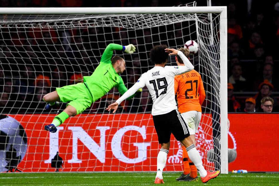 Wumms! Da kann Niederlande-Keeper Jesper Cillessen nur hinterherschauen. Der Schlenzer von Serge Gnabry (nicht im Bild) schlägt unhaltbar zum 2:0 im Winkel ein. Leroy Sané (Zweiter von rechts) jubelt.