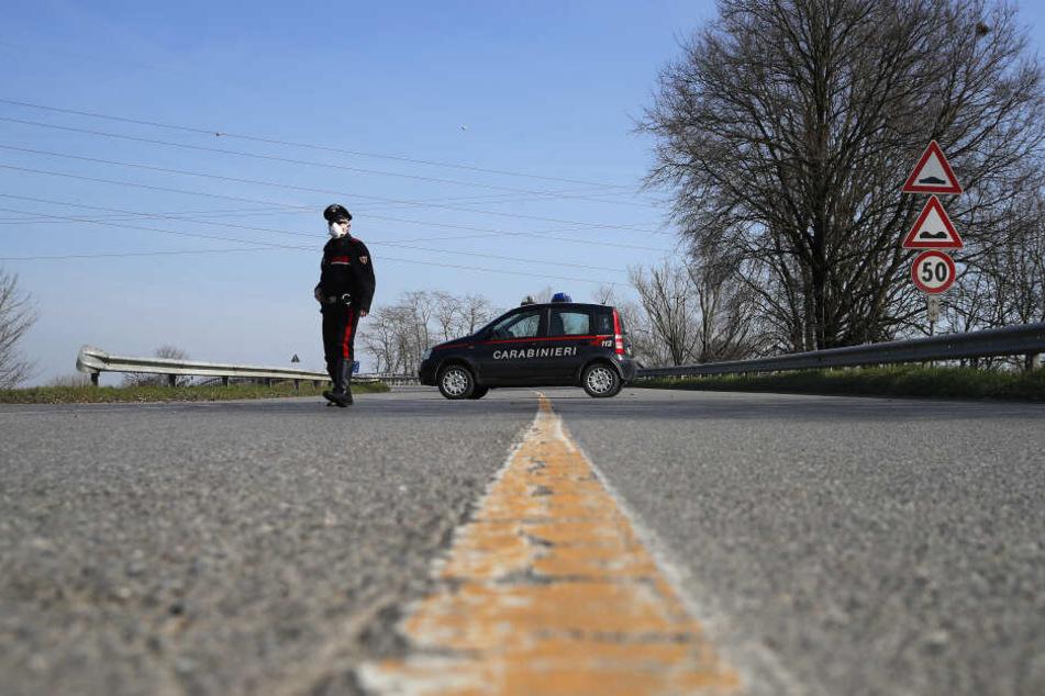Ein Beamter der italienischen Gendarmerie Carabinieri kontrolliert den Grenzbereich des abgesperrten Gebietes um die unter Quarantäne stehenden Stadt Codogno.