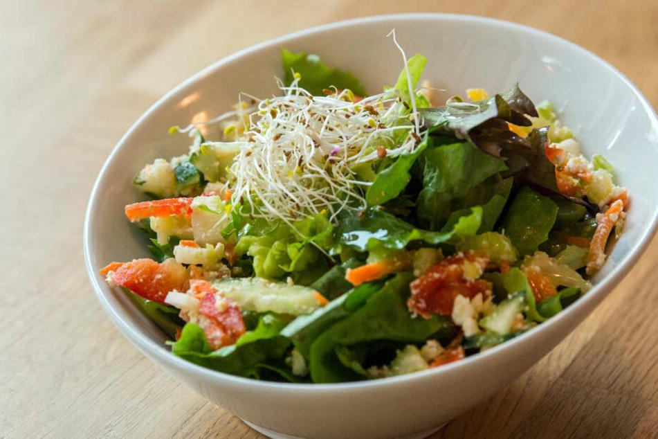 Der Hersteller ruft den Edeka deli Caesar Snack Salat zurück. (Symbolbild)
