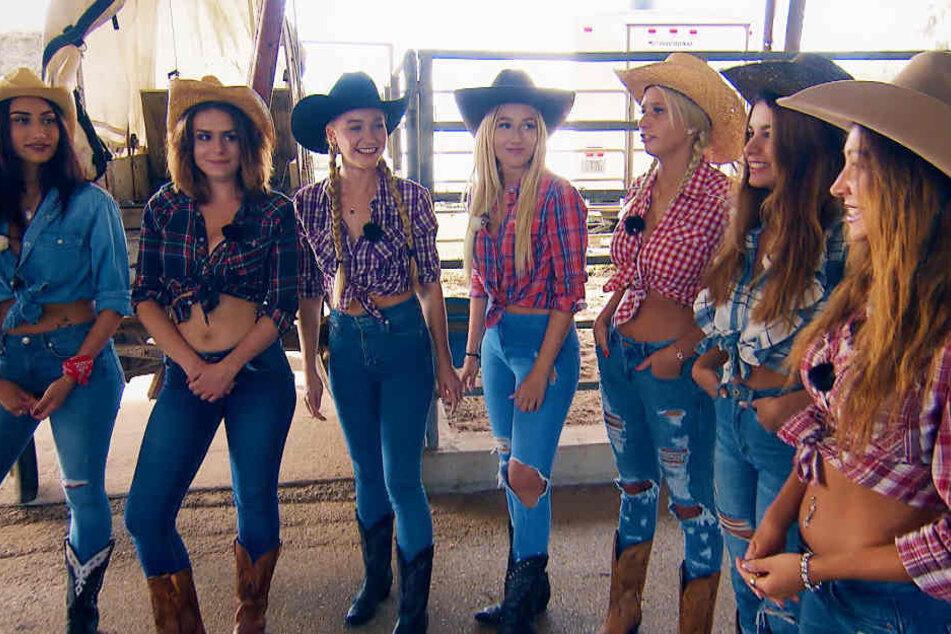 Auch im Texas-Dress kann sich Jessica (Mitte) durchaus sehen lassen.