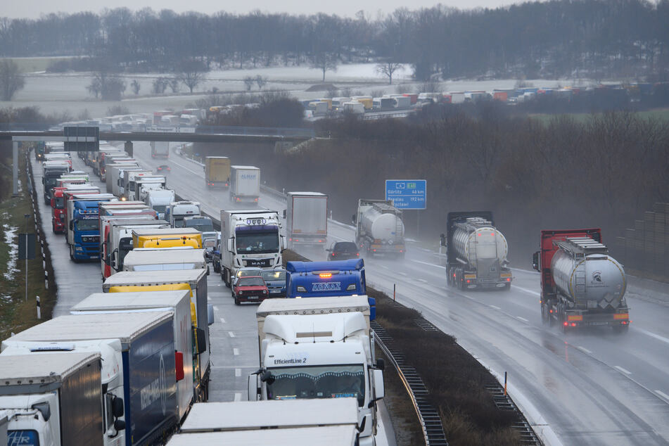 Chaos auf Sachsens glatten Straßen: Polizei spricht Warnung aus!