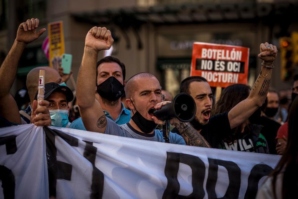 Mitarbeiter im Gastgewerbe protestieren in Barcelona gegen sich verschärfte Maßnahmen zur Eindämmung der Corona-Pandemie. Es sind Schließungen im Gastgewerbe, sowie Einschränkungen sozialer Kontakte von bis zu zwei Wochen vorgesehen.