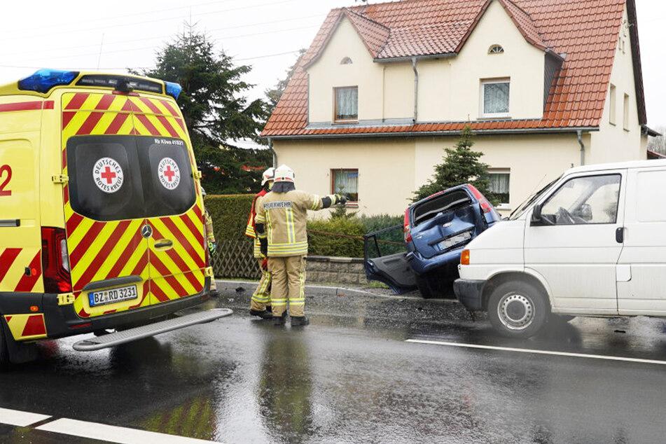 Die Feuerwehr befreite den leicht verletzten 84-Jährigen aus seinem Kombi. Der Transporter-Fahrer blieb unverletzt.