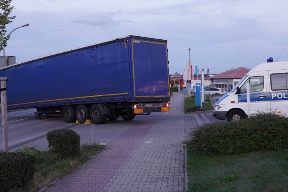 Der vom Zugfahrzeug gerutschte Hänger an der Tankstellenausfahrt. Die Polizei war schnell vor Ort.