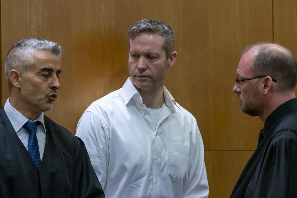 Stephan Ernst (M.) spricht mit seinen Anwälten Mustafa Kaplan (l.) und Jörg Hardies (r.).