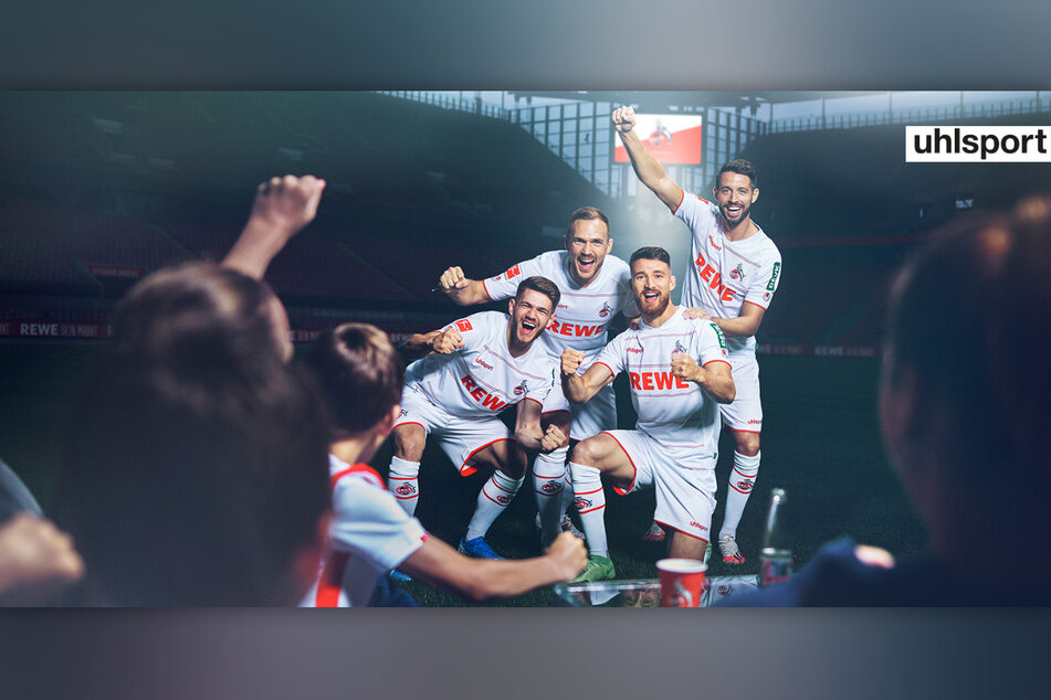 Spieler des 1. FC Köln präsentieren jubelnd das neue Heimtrikot für die Fußballsaison 2021/22.