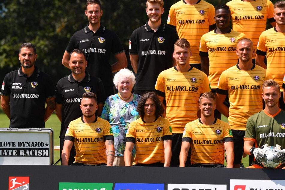 """Ingrid Beier zu Beginn der Saison beim offiziellen Fototermin mit """"ihrem"""" Team."""
