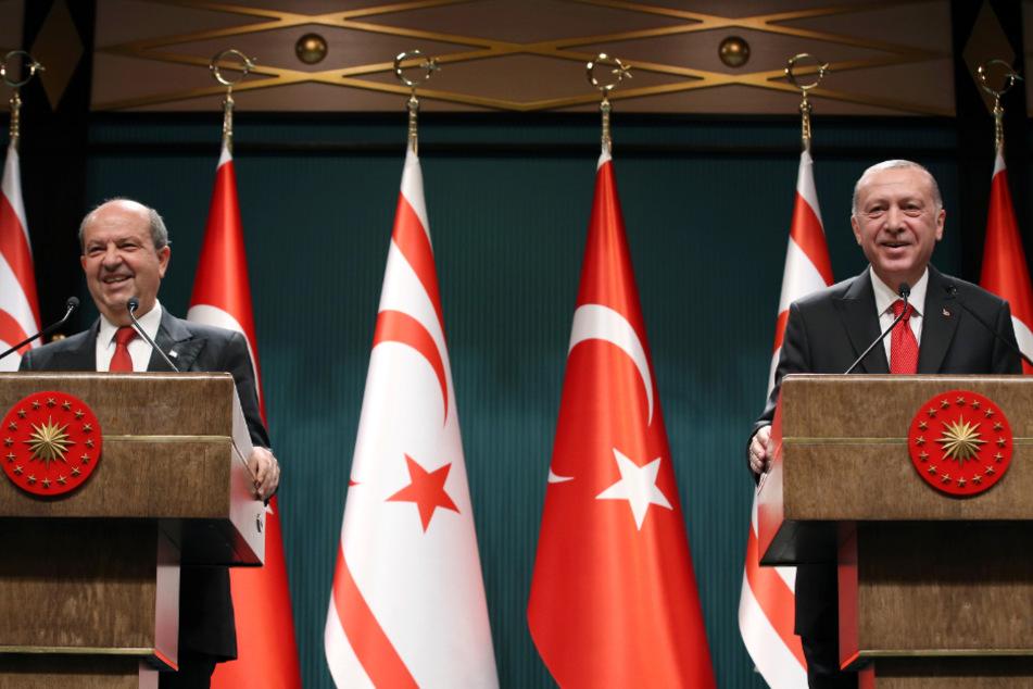 Recep Tayyip Erdogan (r.) und Ersin Tatar, neu gewählter Präsident der international nicht anerkannten Republik Nordzypern, sprechen nach ihren Gesprächen auf einer gemeinsamen Pressekonferenz zu den Medien.