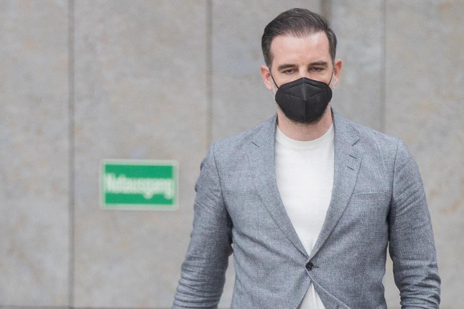 Das Amtsgericht Düsseldorf hat den ehemaligen Fußball-Nationalspieler Christoph Metzelder für die Weitergabe von kinder- und jugendpornografischen Dateien zu einer zehnmonatigen Haftstrafe auf Bewährung verurteilt. Das Urteil ist noch nicht rechtskräftig.