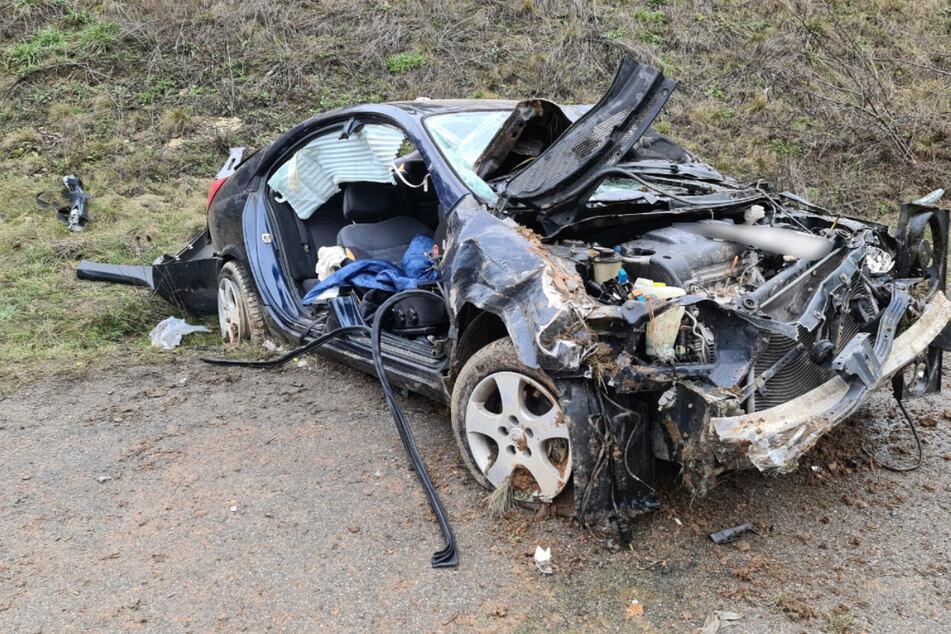 Zwei Schwerverletzte: Wagen fliegt von Autobahn und überschlägt sich