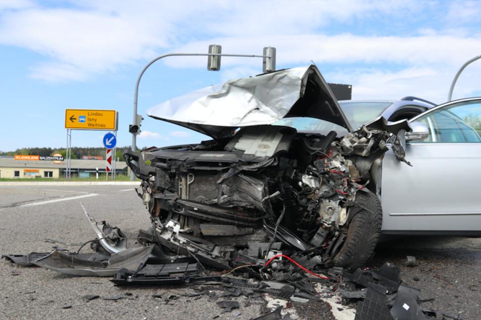 Sechs Verletzte nach schwerem Unfall mitten auf der Kreuzung