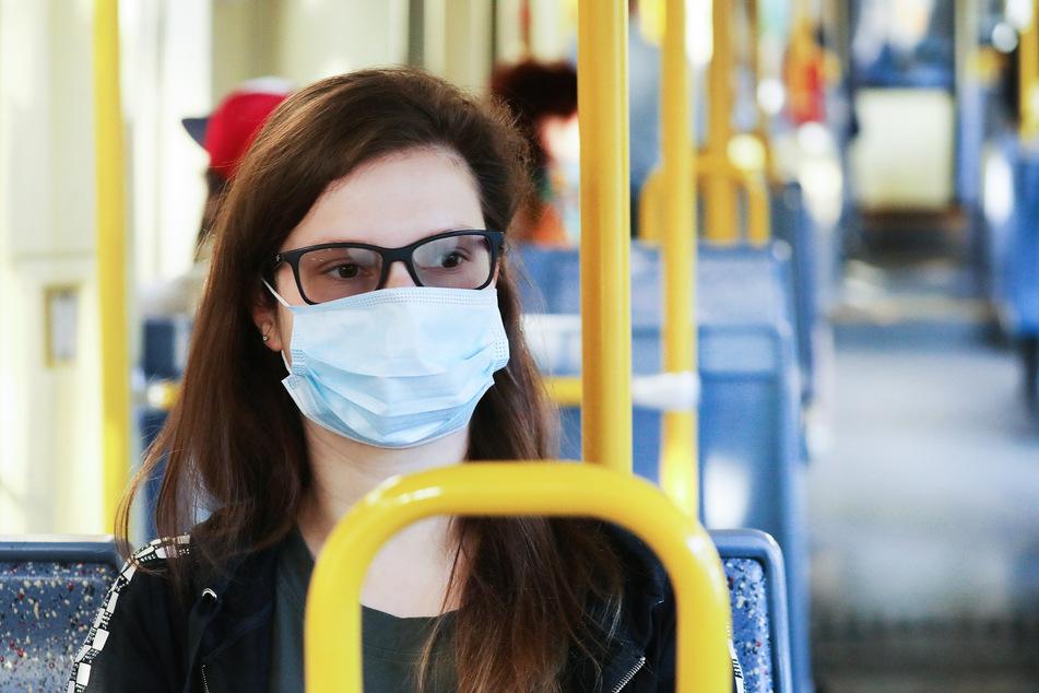 In Bussen und Bahnen gibt in NRW Maskenpflicht.
