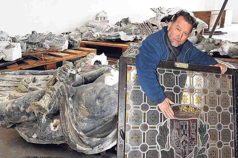 Bauteilearchiv-Chef Uwe Bielefeld (61) zeigt ein Bleiglasfenster mit Wappen aus dem alten Amtsgericht Leipzig.