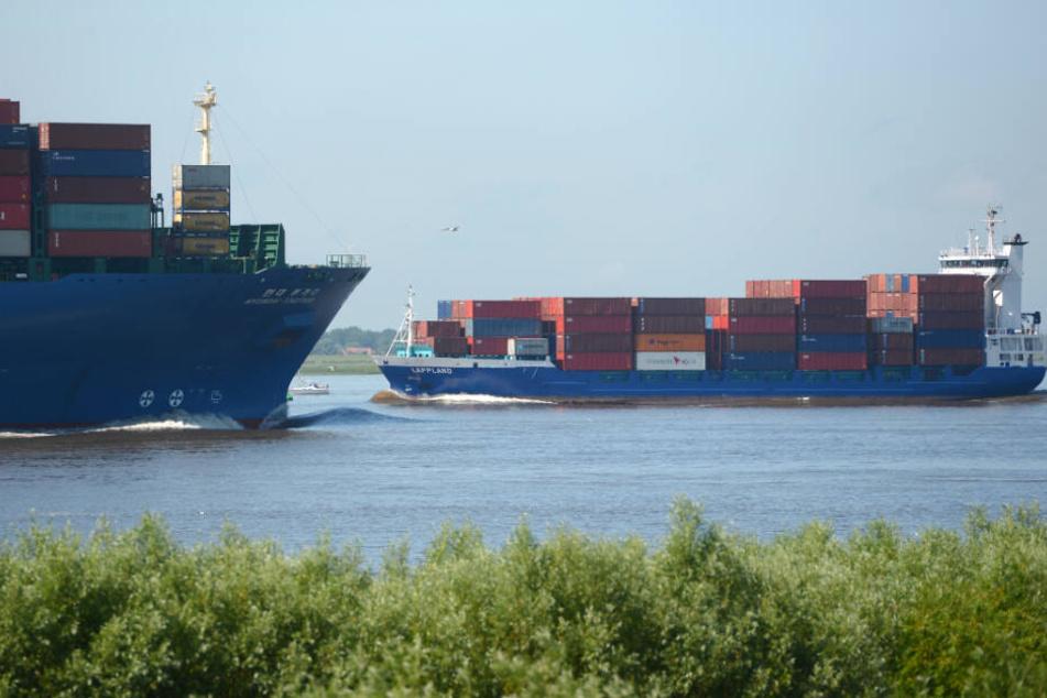 Auf der Elbe fahren immer größere Containerschiffe. (Archivbild)