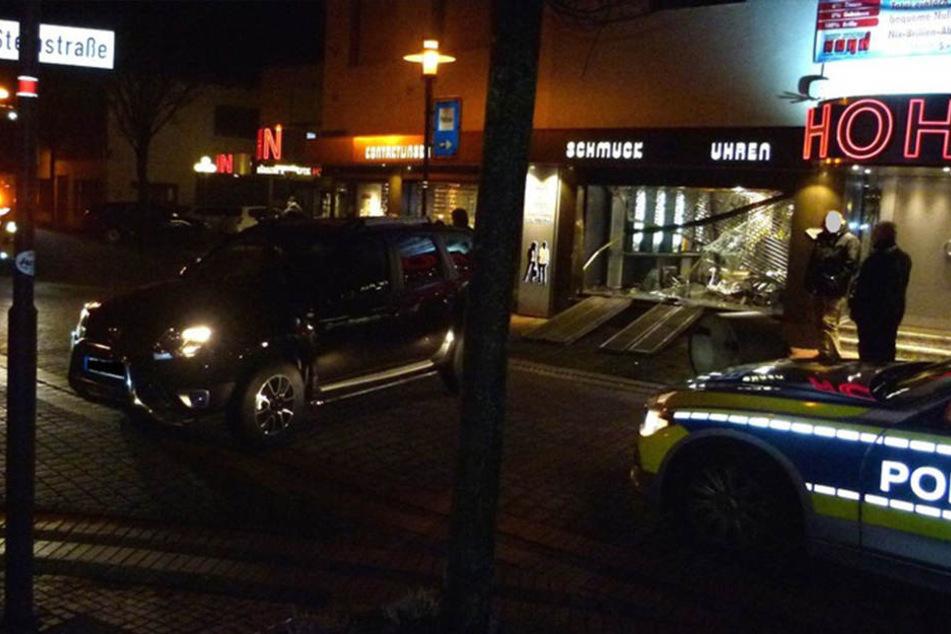 Den Dacia ließen die Einbrecher auf der Steinstraße zurück. Den SUV hatten sie zuvor in Lübbecke geklaut.