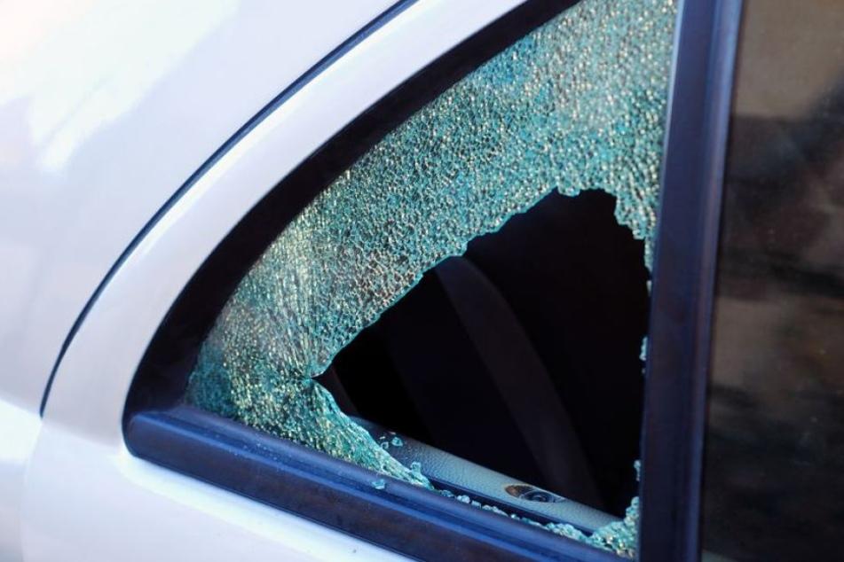 Nachdem der oder die Täter die Hinterscheibe des Autos eingeschlagen hatten, klauten sie eine Tüte mit Weihnachtsgeschenken. (Symbolbild)