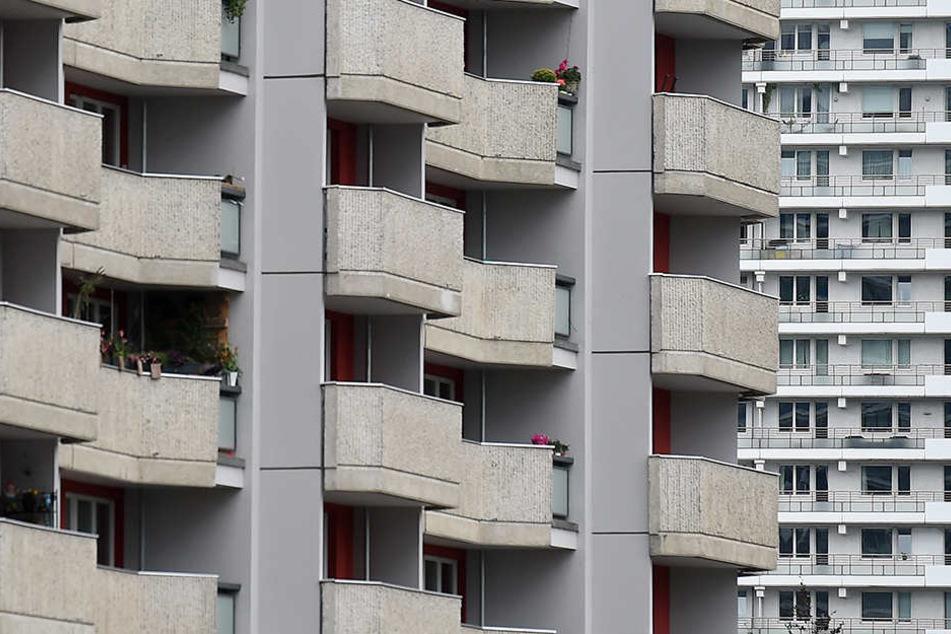 Mann flieht vor Polizei und stürzt vom Balkon