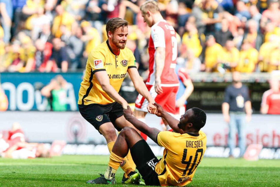 Nach der Nullnummer gegen Union: Lucas Röser (l.) hilft einem enttäuschten Erich Berko wieder auf die Füße.