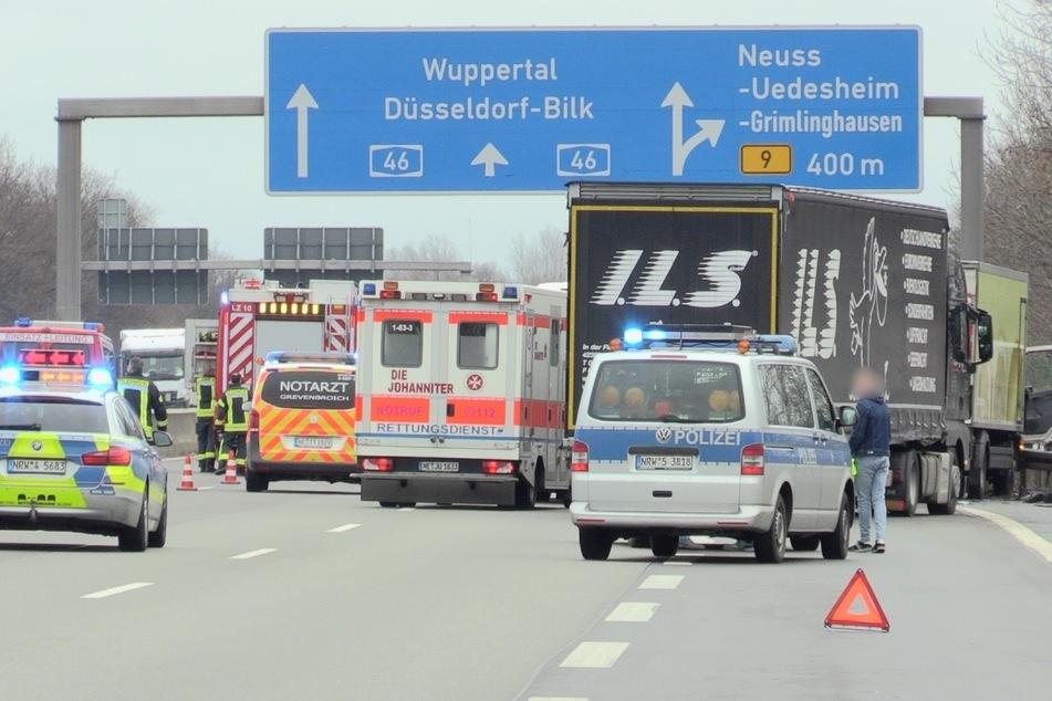 Unfall auf A46: Laster kracht in stehenden Lkw, Fahrer (40) stirbt vor Ort